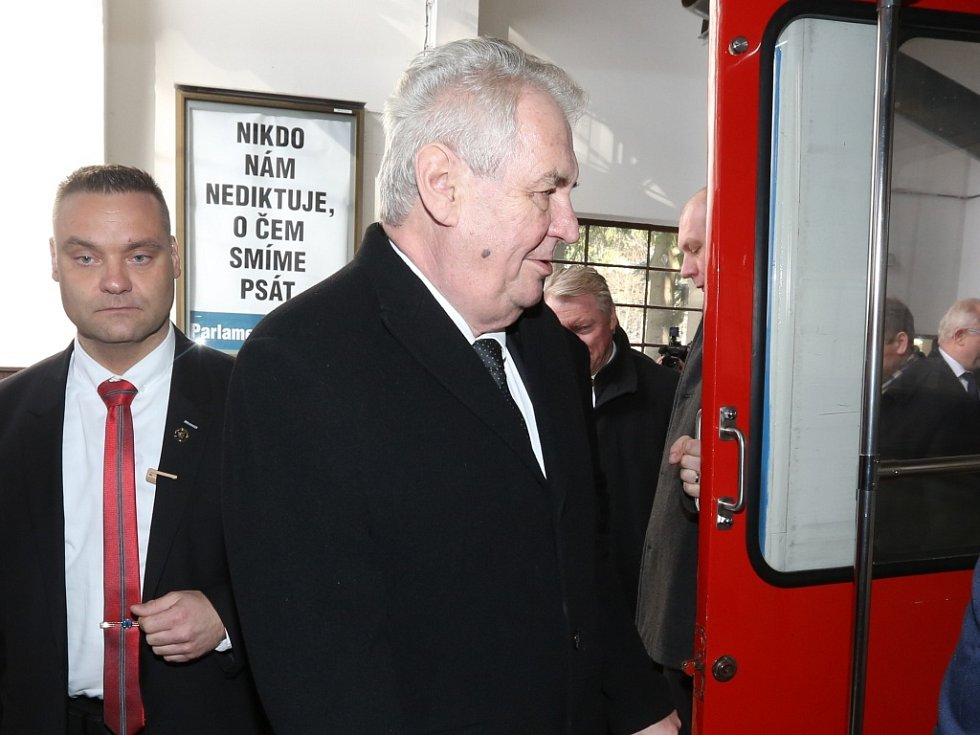 Prezident Miloš Zeman se vyvezl na Ještěd lanovkou.
