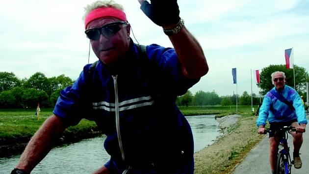 PROJELI TŘEMI STÁTY. Vedle pěších vyrazili na společnou cestu Trojzemím také cyklisté. Každý, kdo se na osmikilometrovou cestu vydal, obdržel na startu upomínkový předmět s logem slavností a turistické razítko do mapky.