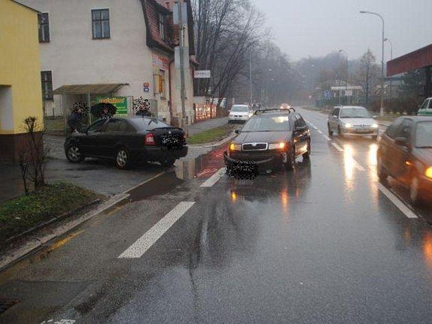 Při nehodě nabourané auto vylétlo mimo silnici.