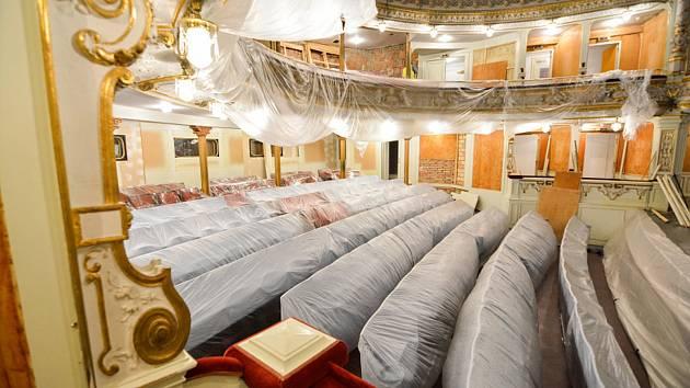 Liberecké Divadlo F. X. Šaldy je zavřené a bez diváků, kteří se sem podívají až koncem srpna, kdy proběhne první představení.