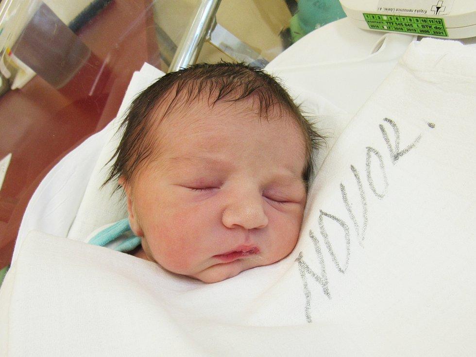 JAKUB JIROUŠEK Narodil se 8. února v liberecké porodnici mamince Pavlíně Labské z Frýdlantu v Čechách. Vážil 2,97 kg a měřil 50 cm.