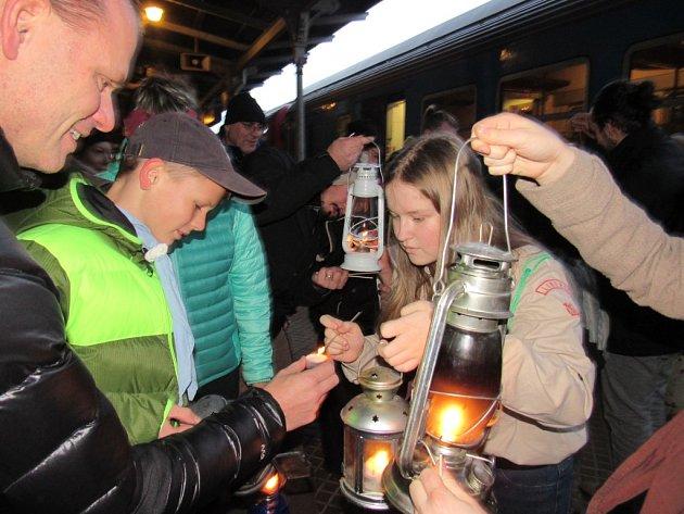 DESÍTKY LIDÍ s lucerničkami čekaly v sobotu netrpělivě na vlak od Pardubic. Právě spojem s příjezdem do Liberce v 15.56 přijeli skauti, kteří s sebou přivezli Betlémské světlo.