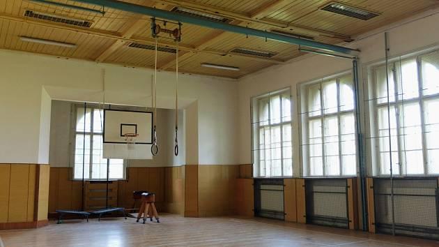 V tělocvičně padá strop. Po letech se opraví. Žáci nyní nemůžou do tělocvičny už čtyři roky.