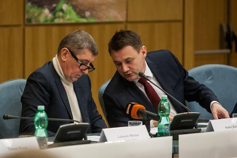 Výjezdní zasedání vlády ČR v Libereckém kraji proběhlo 13. března. Na snímku zleva je premiér v demisi Andrej Babiš (ANO) a hejtman Libereckého kraje Martin Půta při schůzce se členy Rady Libereckého kraje.