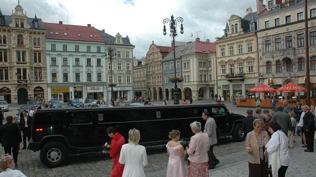Luxusní limuzína pro ženicha a nevěstu.
