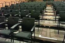 Diváci se v Malém divadle v Liberci můžou těšit nejen na nové zážitky, ale teď i na nové židle.