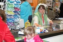 CHYBÍ POKLADNÍ. Mezi žádanými profesemi v Libereckém kraji jsou také pokladní v hypermarketech.