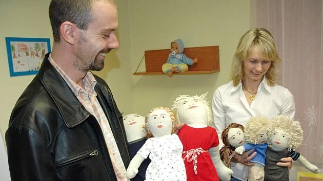 HADROVÁ RODINKA. Panenky, které pomáhají dětem vyjádřit, co se jim stalo, se libereckým kriminalistům rozrostly o čytři další.