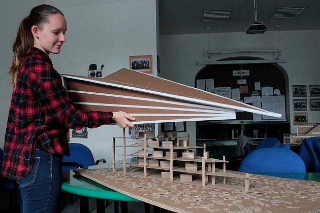 Žáci liberecké stavební školy  soutěží smodelem Národní knihovny vyrobené zlepenky.