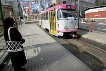 UPADL DO KOLEJIŠTĚ. Staršímu člověku, který spadl mezi koleje, podle svědectví ženy nepomohl nikdo z dvaceti přihlížejících lidí, kteří čekali na tramvajové zastávce. Případ by mohl být považován za neposkytnutí první pomoci. Za to hrozí až dva roky basy