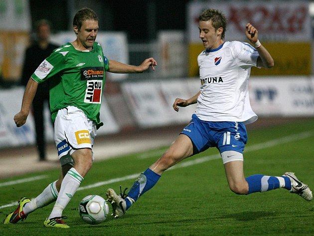 KAREL PITÁK (vlevo) na snímku z ligového utkání s Ostravou (vpravo Greguš).