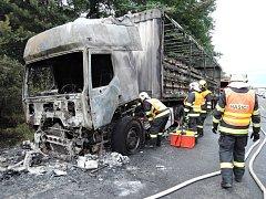 Požár kamionu naloženého láhvemi s pivem zastavil provoz v Příšovicích na R10.