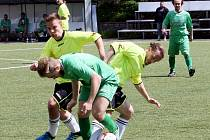 NA HARCOVĚ. O míč bojuje domácí Javůrek s Danielem Ďurišem, vlevo ještě ruprechtický Rampáček.