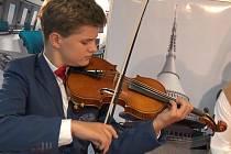 Nadaný liberecký houslista Milan Kostelenec.