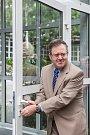 Technické muzeum v Liberci otevřelo 8. září v areálu bývalého výstaviště nový pavilon. Návštěvníci v něm uvidí expozici průmyslové minulosti i současnosti Libereckého kraje. Na snímku odemyká izraelský velvyslanec Daniel Meron dveře nového pavilonu.
