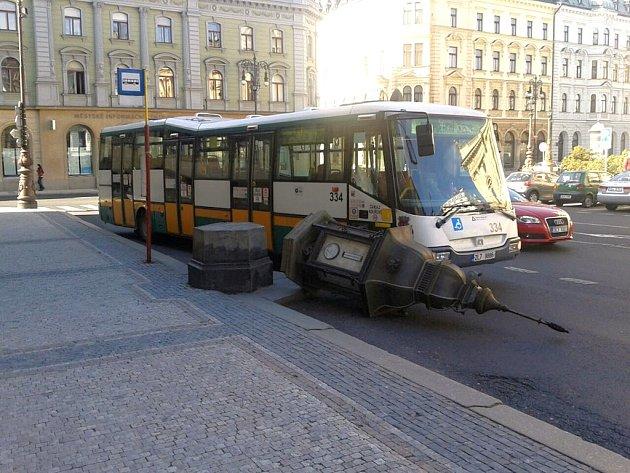 Řidiči autobusu se povedlo srazit horní část meteorologické budky
