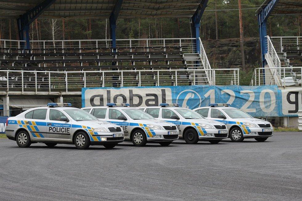 Policisté Libereckého kraje pilují jízdu na polygonu v Sosnové.