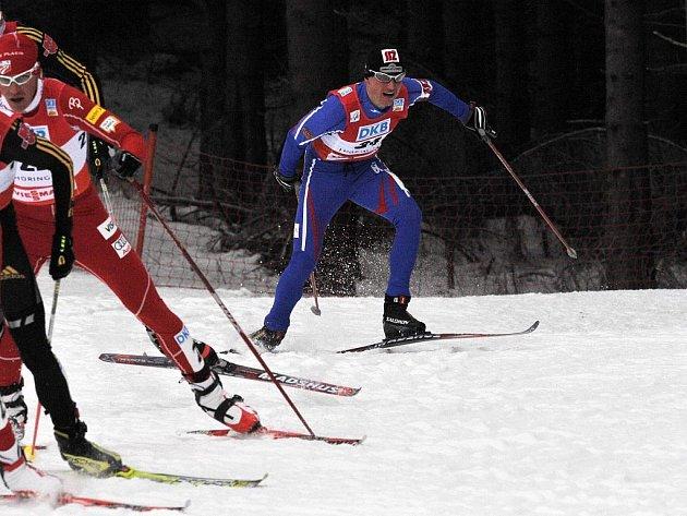 BĚŽECKÉ ÚSILÍ. Miroslav Dvořák (vpravo) pravidelně stahuje ztrátu ze skokanské části výtečným výkonem v běhu.