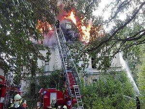 Požár budovy bývalého internátu v Dolní Řasnici.