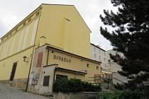 BOČNÍ VCHOD, který dosud používá jen technika, chce město mít jako hlavní vstup do divadla.
