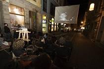 Promítání v Pražské ulici v Liberci.