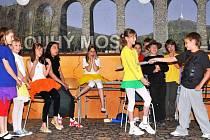 DRAMATICKÝ TALENT šesti divadelních školních souborů dnes před živým publikem prověří  2. ročník soutěže dětských divadelních souborů Dlouhomostecké divadelní hrátky.