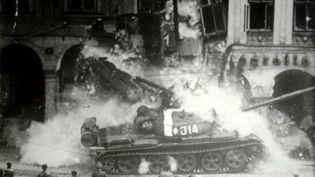 Snímek, kdy narazil tank do podloubí, je asi nejznámější. Jako autor fotografie je v některých publikacích uváděn Václav Toužimský, jinde se objevuje jméno Jiřího Aubrechta.