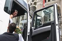 Novomanželé Miroslava a Jiří Kutílkovi odjížděli z obřadu na liberecké radnici v nablýskaném tahači. Rodina vlastní autodopravu, takže další originální nápad, jak zpestřit svatbu, se přímo nabízel.