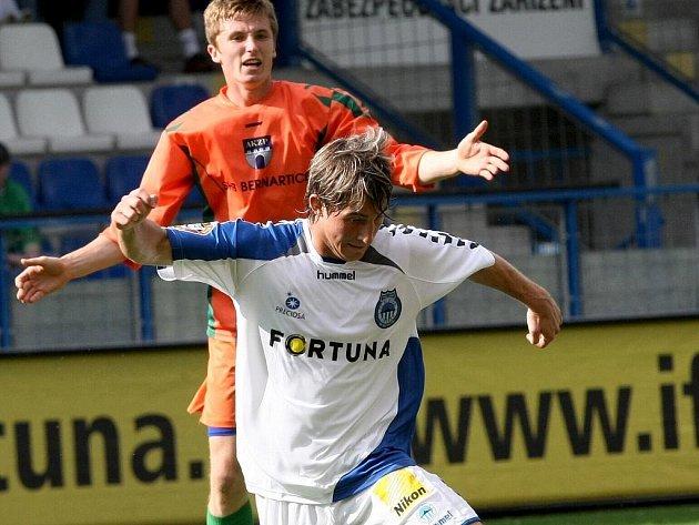 LUKÁŠ VÁCHA NA HŘIŠTI... Přebírá míč před udiveným vlašimským Švambergem v nedělním přípravném utkání na stadionu U Nisy.