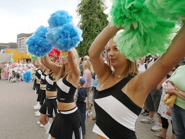 Karnevalový průvod centrem města zahájil hudební festival Duhová bouře 2008.