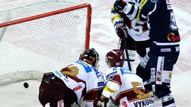 Druhý gól dal Spartě Pabiška, na snímku vpravo autor nahrávky Nedvěd.