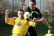 VE VZDUCHU. Nejvýše je hrající trenér VTJ Rapid Jaroslav Žáček. Pod ním ze Stráže Beránek.
