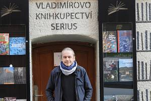 """Zavřeno. """"Ještě nedávno jsem takhle vyhlížel zákazníky,"""" říká knihkupec Vladimír Opatrný."""
