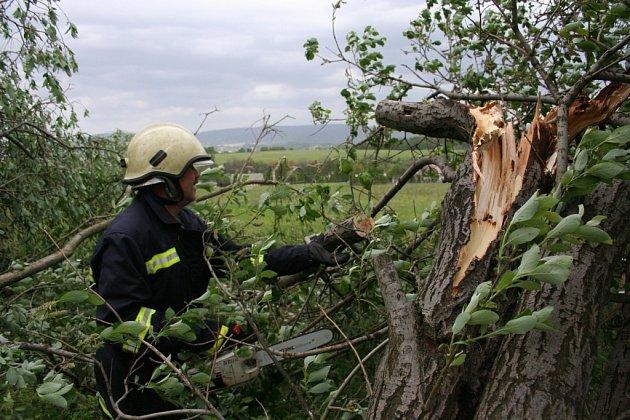 VICHŘICE. Silným větrem polámané stromy sužovaly lidi po celém kraji. Nejhůře postižené však bylo Liberecko. Ničivý vichr se utišil až po šesté hodině odpolední.