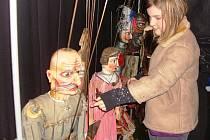 DĚTI SI MOHLY LOUTKY TAKÉ OSAHAT. Poté, co zhlédly německé děti inscenaci Naivního divadla Bezhlavý rytíř, mohly si na loutky také sáhnout. Podle ředitele divadla tak učinili i mnozí dospělí.