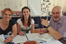 DVĚ ANGLIČTINÁŘKY z Liberce se zdokonalovaly ve výuce. Učil je autor učebnic Headway či Project. Na snímku zleva: učitelky Zuzana Poplužníková, Markéta Hanušová a samotný lektor Gareth Davies.