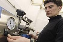 Nový laboratorní přístroj slouží ve výzkumu využití nanomateriálů. Zařízení dokáže jakoukoliv textilní tkaninu připravit a poté na ni nanést nanést nanovrstvu, která dodá materiálu dosud nevídané vlastnosti, například samočištění, zpevní látku a další.