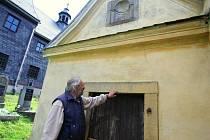 Na snímku Martin Chaloupka u barokní márnice, kterou hodlá na vlastní náklady opravit a zpřístupnit veřejnosti.