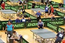 HALY PLNÉ STOLŮ. Tipsport arena v Liberci a přilehlé sportovní haly patřily v tomto týdnu svátku evropského veteránského stolního tenisu v kategoriích od 40 až nad 85 let.