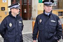 Starosta Frýdlantu Dan Ramzer (ODS) předává klíče od nové služebny Pavlu Weissovi z Městské policie v Liberci.