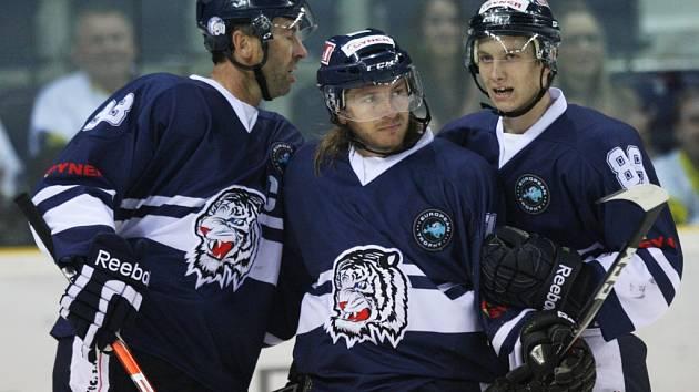 Tomáš Netík (uprostřed) vstřelil gól