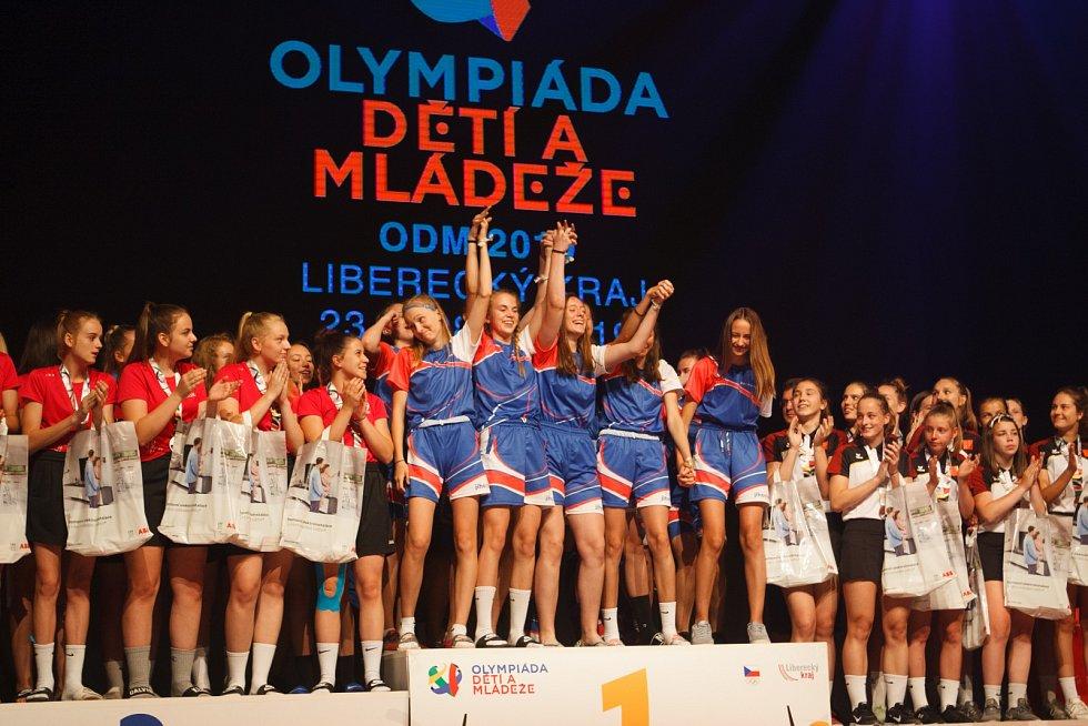 Závěrečný ceremoniál v Home credit Aréně. Štafetu po Liberecku přebírá Karlovarský kraj.