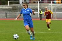 Adéla Folprechtová u míče.