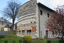 Kulturní dům v Českém Dubu se začal stavět v roce 1988. Po převratu se ale nedostavěl a zůstal v této podobě dodnes.