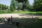 Hřiště a pozemek s příjezdovou cestou v ulici Zborovská