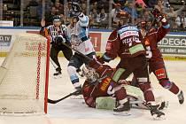 Liberečtí hokejisté (ve světlém) vyhráli na Spartě 2:1 a vrátili se do čela hokejové extraligy.