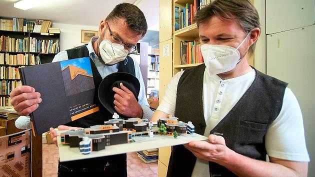 Model obchodního domu Ještěd. Vlevo Martin Fryč a vpravo Roland Havran.