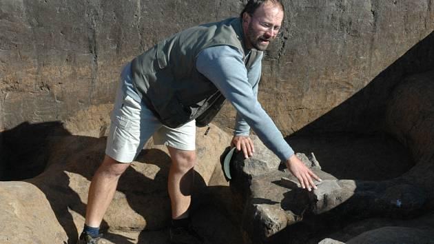 ZDE BUDE BULDEZOR. Archeolog Petr Brestovalský ukazuje evropské unikátní nálezy z mladší doby kamenné, které již za několi málo hodin zmizí pod koly buldozérů a vrstvou betonu.
