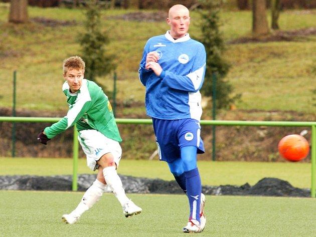 MARNÝ POKUS. Jablonecký Michal Zeman (vlevo) střílí okolo bránícího Marka Jíry, ale tento pokus, stejně jako další, v liberecké brance neskončil. Slovan B vyhrál ve Mšeně 3:0.
