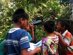 Indonéští školáci sledují pěvce.